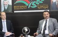 """رئيس بلدية بيتونيا يبحث مع وفد من """"الخدمات المشترك"""" سبل دعم تنفيذ مشروع الصرف الصحي"""